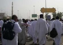 saat-saat memasuki padang Arafah dengan tanda batas papan warna kuning...